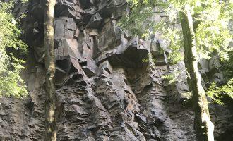 Muur van Basalt door de grillige lavastromen